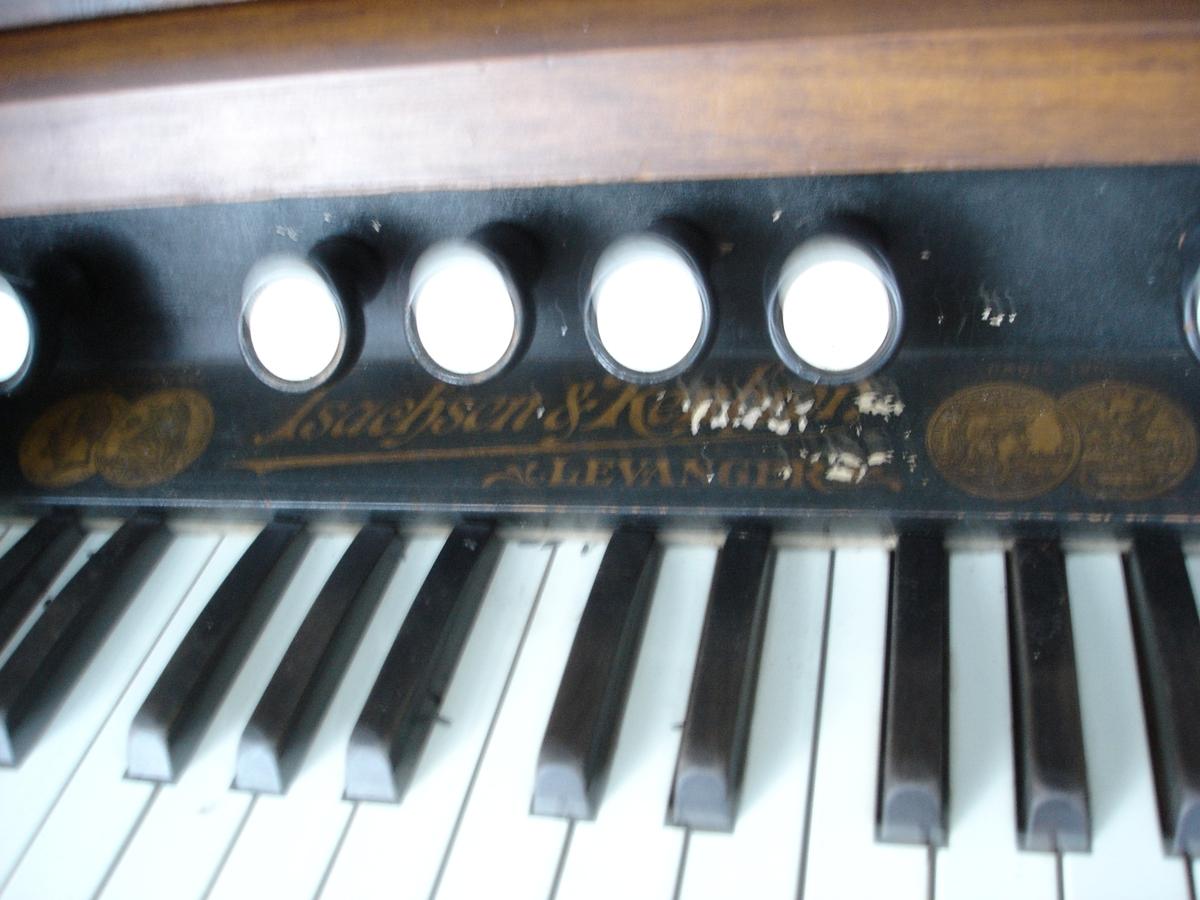 Omfang: FF-f''' (5 oktaver) i to manualer + CC-d (2 oktaver+sekund) i pedalverk 10 registerknotter.