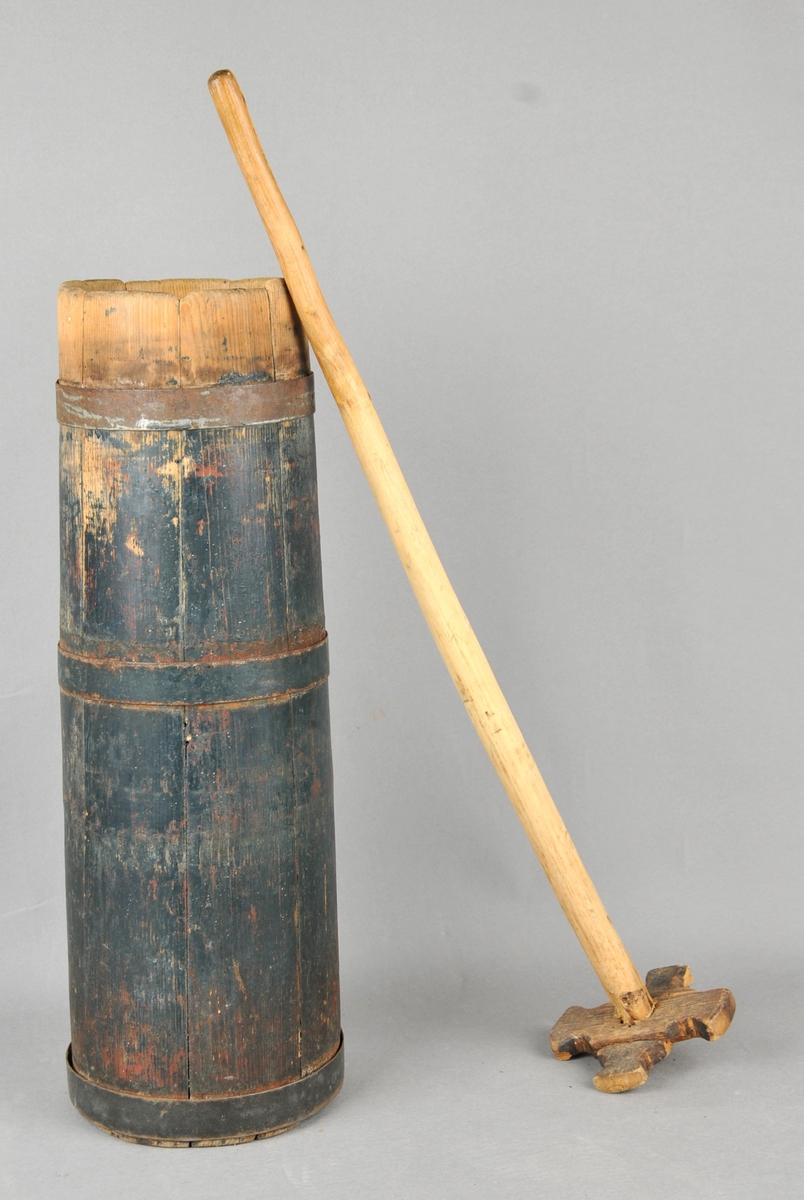 Lagga kinne med sju stavar. Tre gjorder av jern. Måla utvendig. Staven er umåla og har innfelt kross i enden.