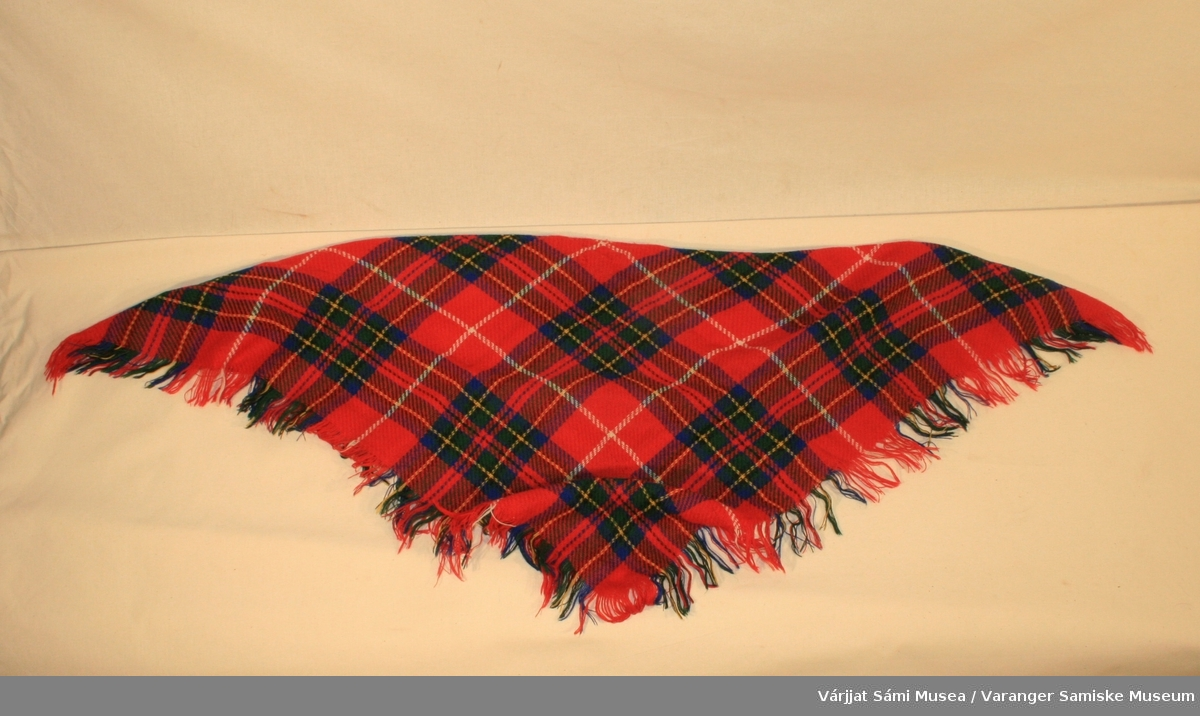 Rutede rødt ullsjal med korte frynser, fabrikkvevd.