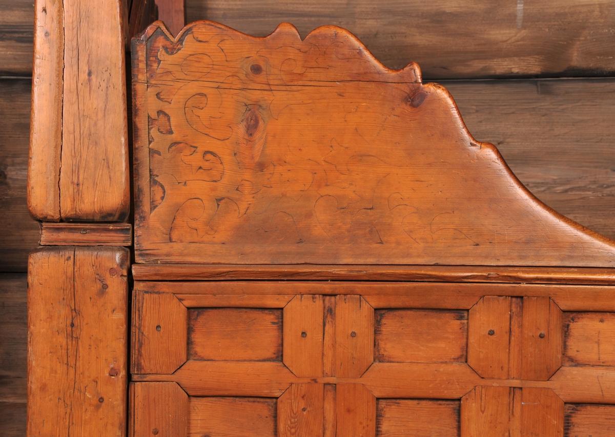 Seng, sett saman av to sider, tre stolpar og med krone øverst. Gavlen har fylling og plankar i horisontal retning med flatskurt med greinmønster og profilar over fyllinga. Krona har same skurd og mønster.  Fronten på senga har 24 fyllingar og to knektar på toppen av desse. Senga er sett saman med trepluggar.