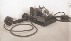 Telefon, 2 linjers bordapparat, i bakelitt, med mtlf.liggend