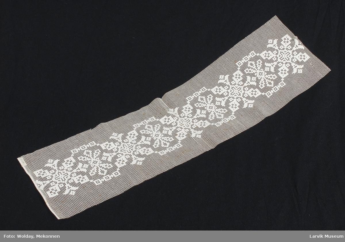 Form: grovmasket gitterverk med stoppesøm av hvitt