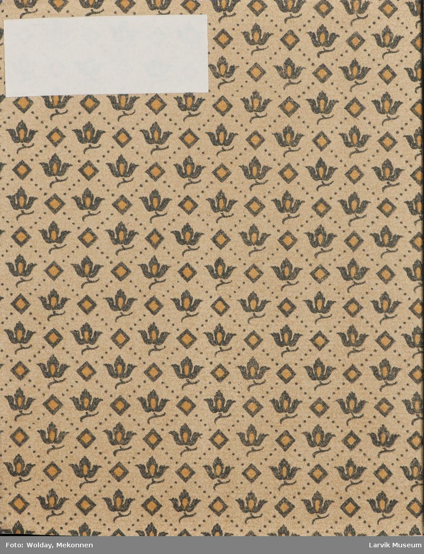 På omslag; symmetrisk mønster av bladfigurer og 4-kanter samt prikker i et rutemønster
