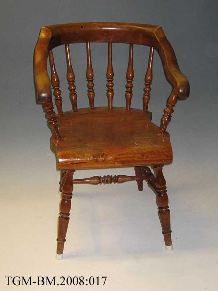 Pinnestol med armlener. Dreide ben og pinner i ryggen.