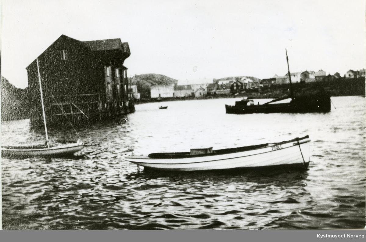 """Heimbrygga"" i havna på Rørvik"