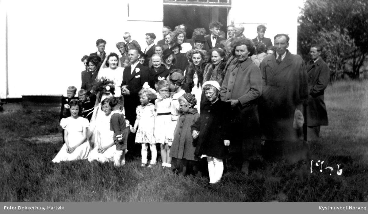 Brudeparet Hanna Henriksen Holte og Kåre Holte og brudepikene Pauline Dekkerhus og Inger Oline Åsnes med slekt og venner