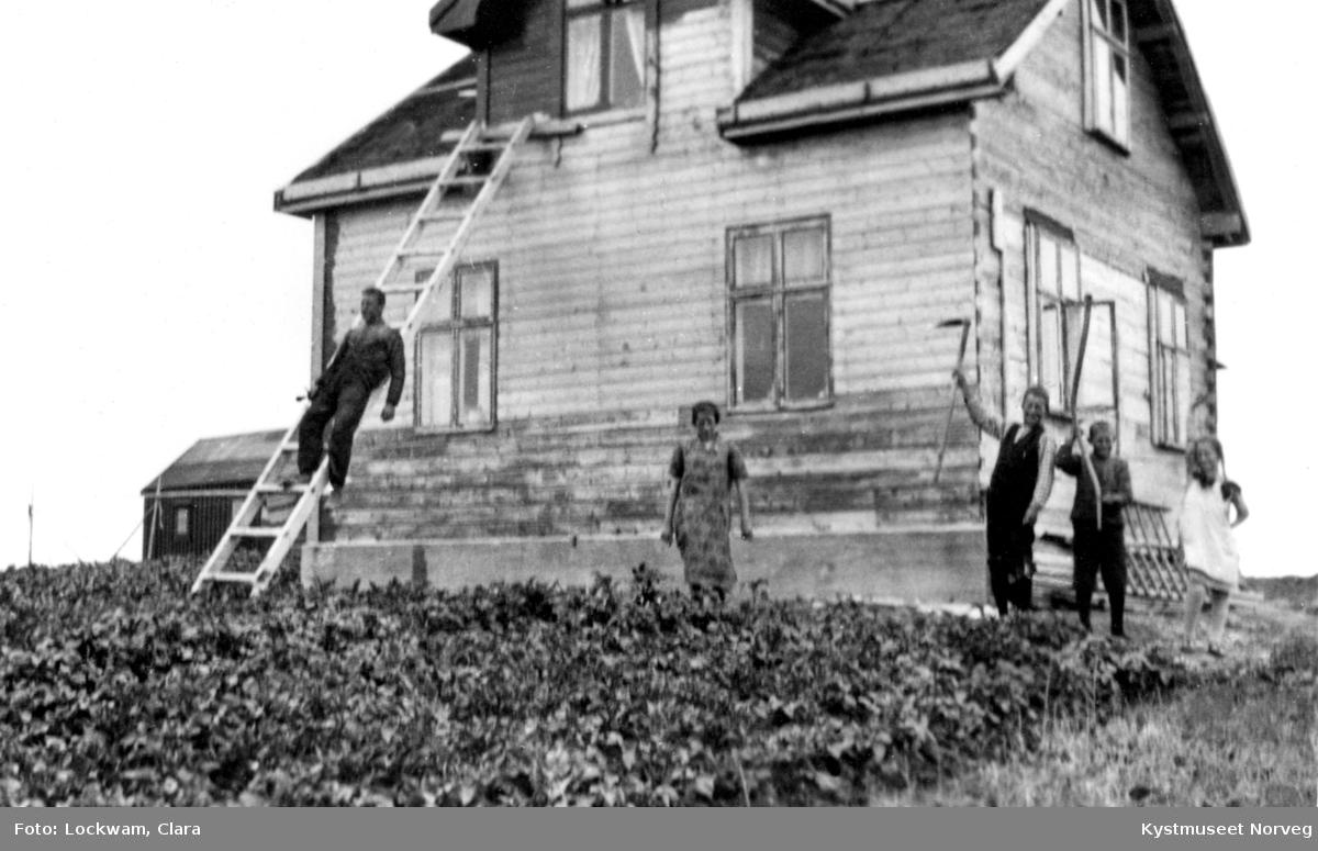 Anna Strands barn fra venstre: Einar, Ragna, Gisle, Odd og Gladys renoverer huset på Soløya