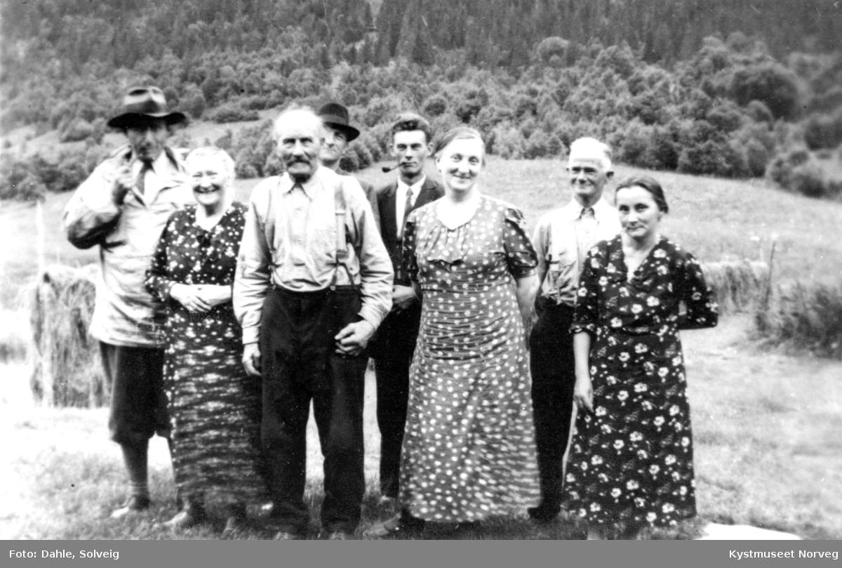 Flatanger, fra venstre: Bernhard Ribsskog, Ingeborg - Anna Opplandsaunet, Steingrim Opplandsaunet, Olav Laukvik, Alf Jøssund, Astrid Laukvik, Alfred Dale, Sanna Dale
