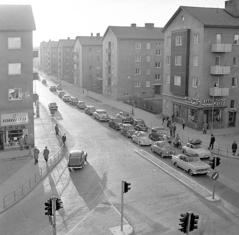 Ändlösa bilkaravaner genom Uddevalla 1960