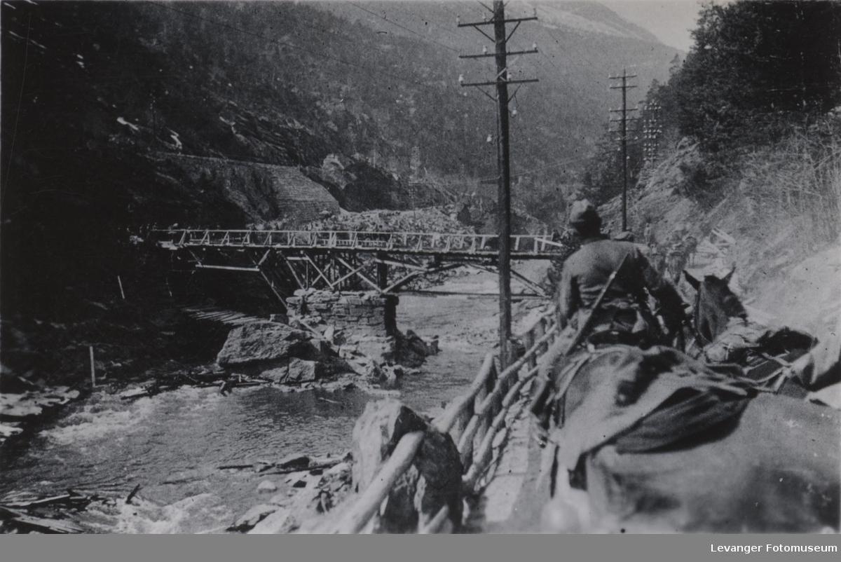 Provisorisk bro over Gudbrandsdalslågen.