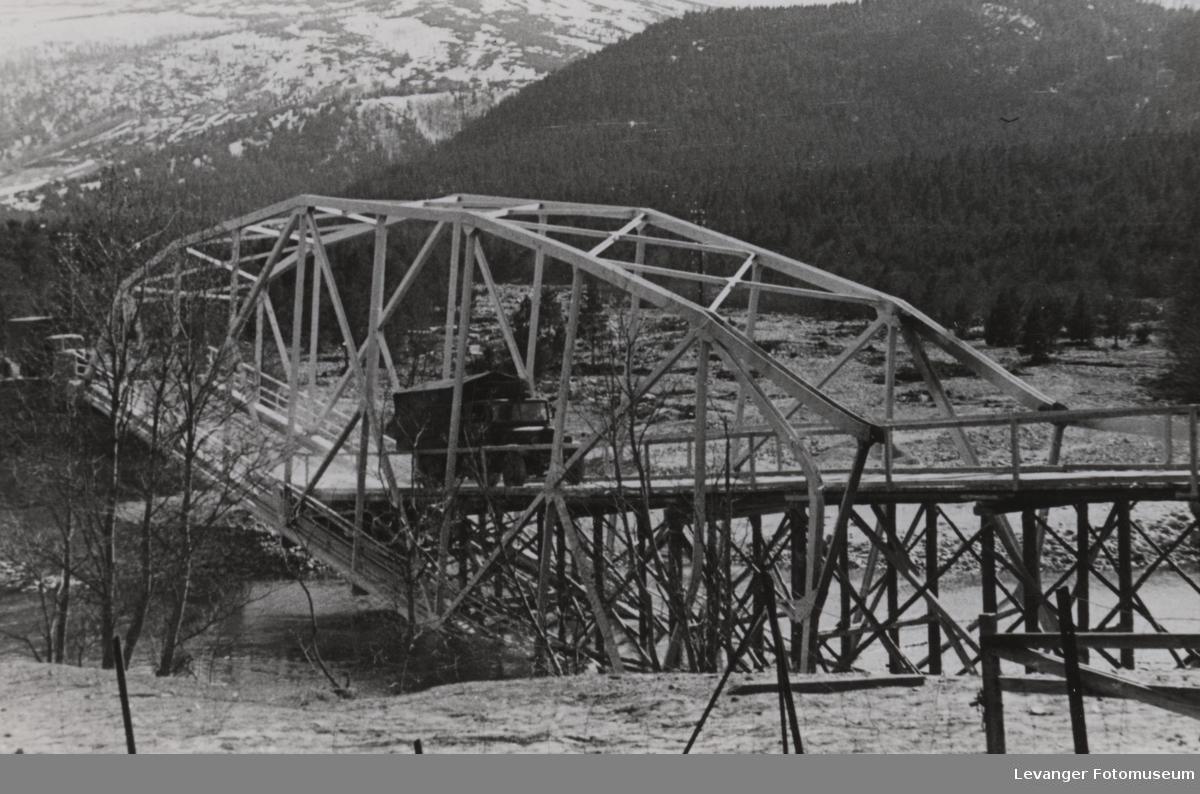 Reparerert sprengt  bro gjprt farbar, med en lastebil i bildet.