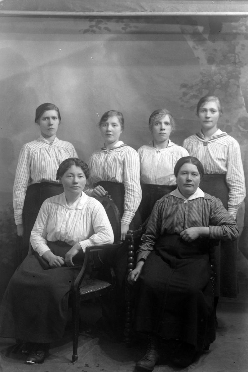 Studioportrett av seks kvinner i helfigur.