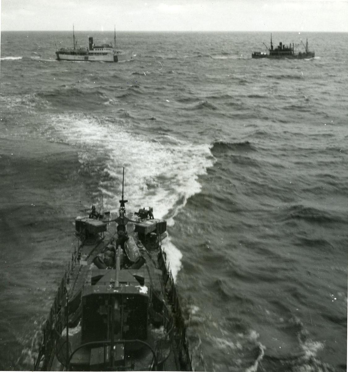 Jagaren Mjölner eskorterar två Gotlandsfartyg.