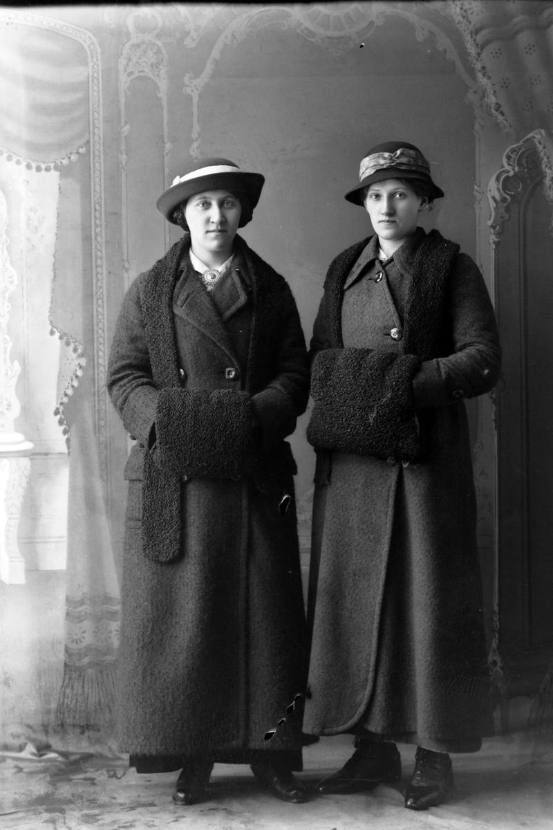 Studioportrett i helfigur av søstrene Borghild og Jenny Richardsen.