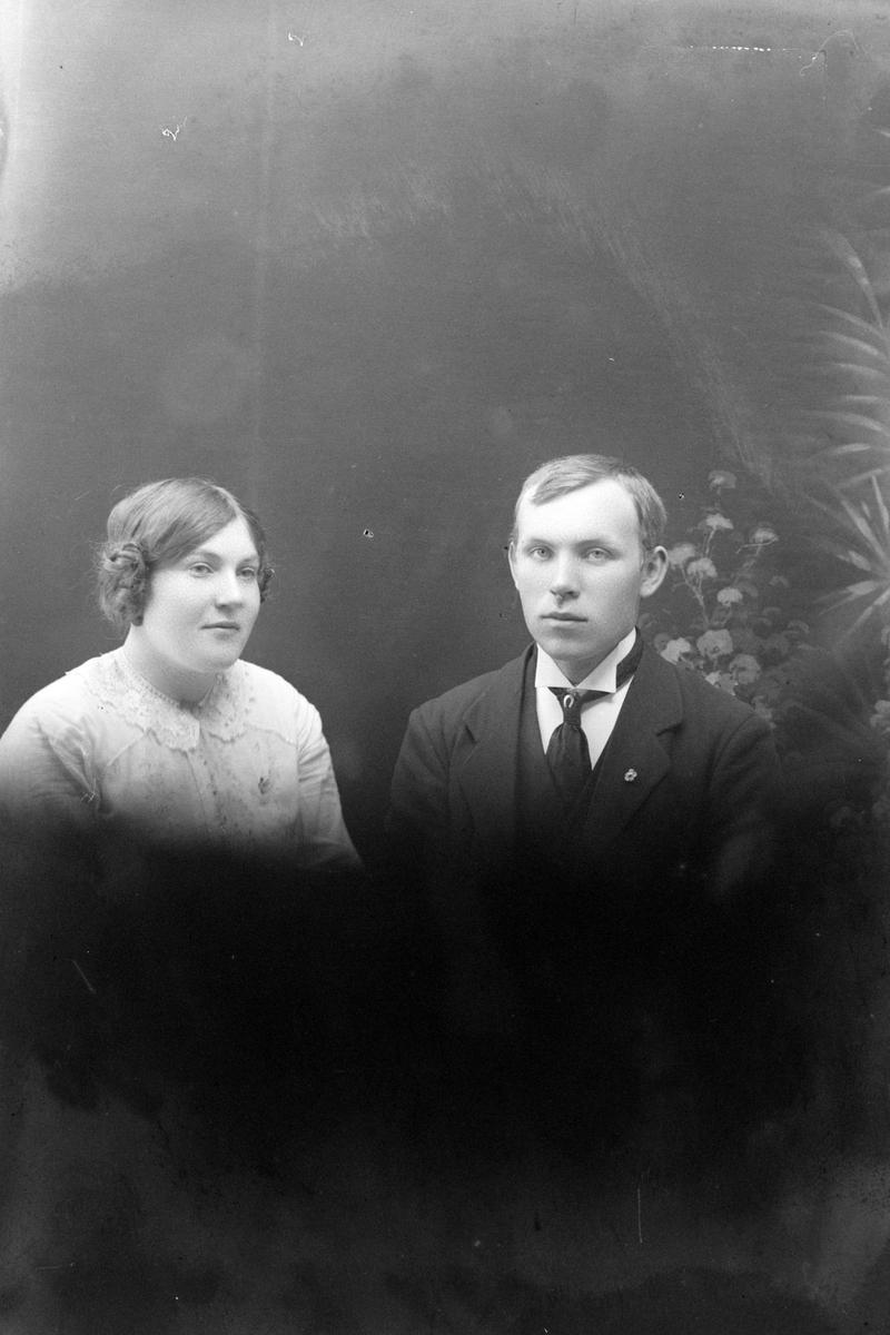 Studioportrett i halvfigur av Hilly og Edvard Kvam.