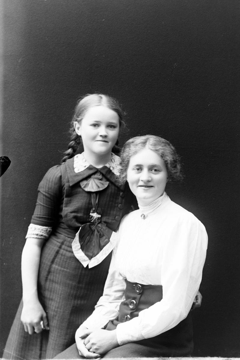 Studioportrett av søstrene Aasebøstøl i halvfigur.