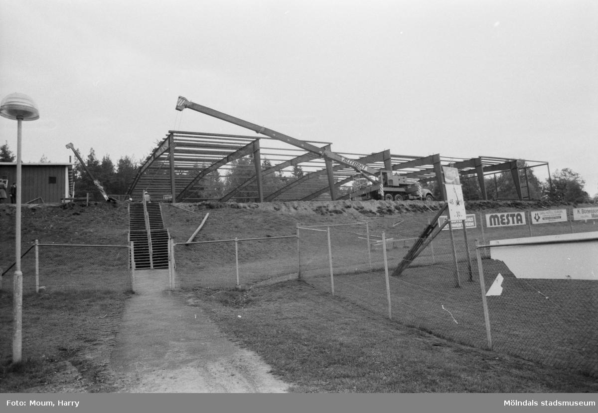 Kållereds ishall under byggnation, år 1984.  För mer information om bilden se under tilläggsinformation.