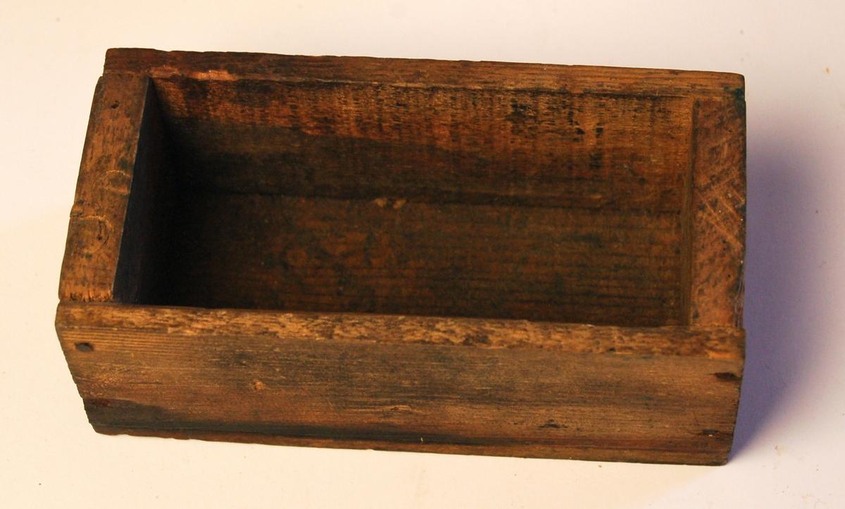 Rektangulær eske av tre til oppbevaring av pistolammunisjon.
