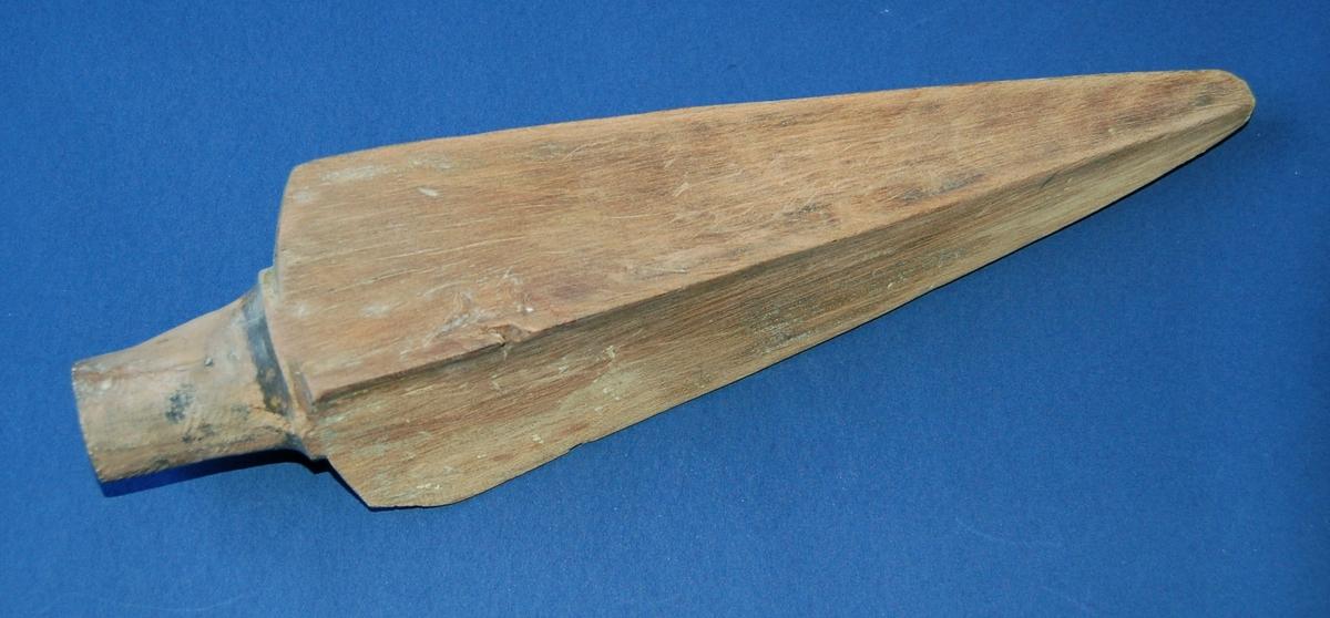 Gjenstanden er eit mastrespyd utskoret i eik i tradisjonell spydform, med en sylinderrund tapp i enden til festing til mastra.