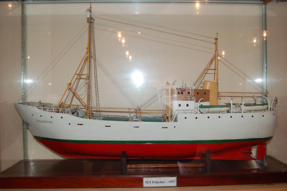"""""""Polarhav"""" var bygd i stål med isklasse for ferdsel i arktiske og antarktiske områder. Skuten hadde innebygd utkikstønne i formasten, med integrert manøvrering og styring derfra."""