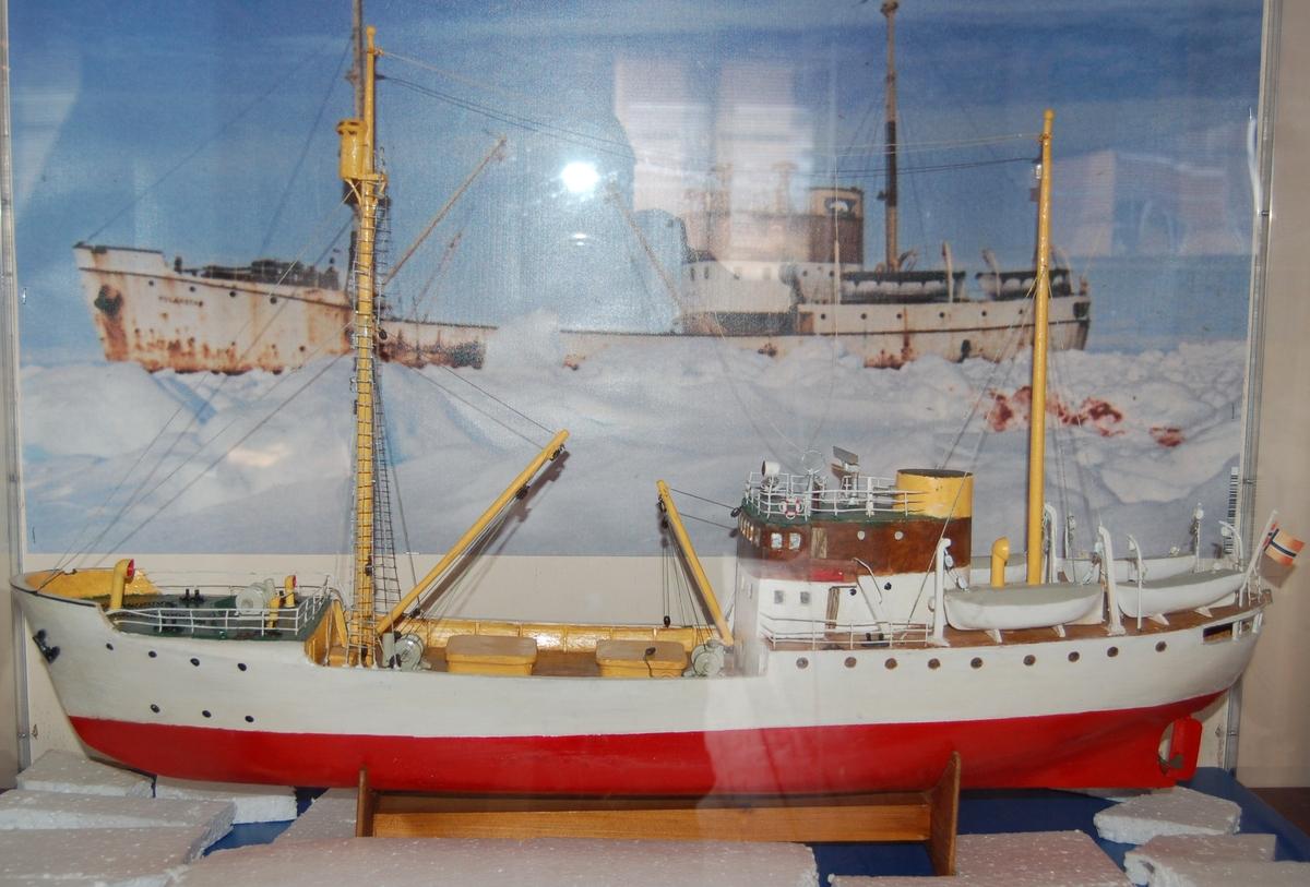 """""""Polarstar"""" var bygd i stål med isklasse for ferdsel i arktiske og antarktiske områder. Skuten hadde innebygd utkikstønne i formasten, med integrert manøvrering og styring derfra."""