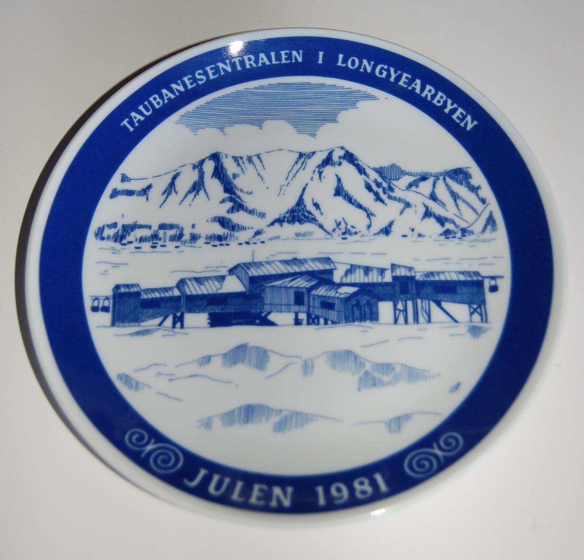 Porselensplatte (fat) med påmalt motiv fra Svalbard, til å henge på vegg som veggpryd.