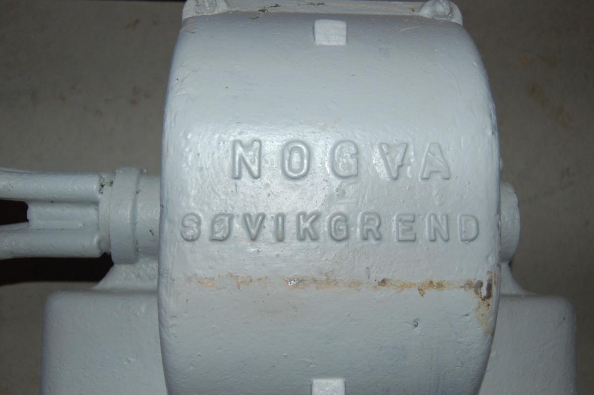 Gearmotoren har reimskive for drifttilførsel via kilereim frå notbåten sitt spel.