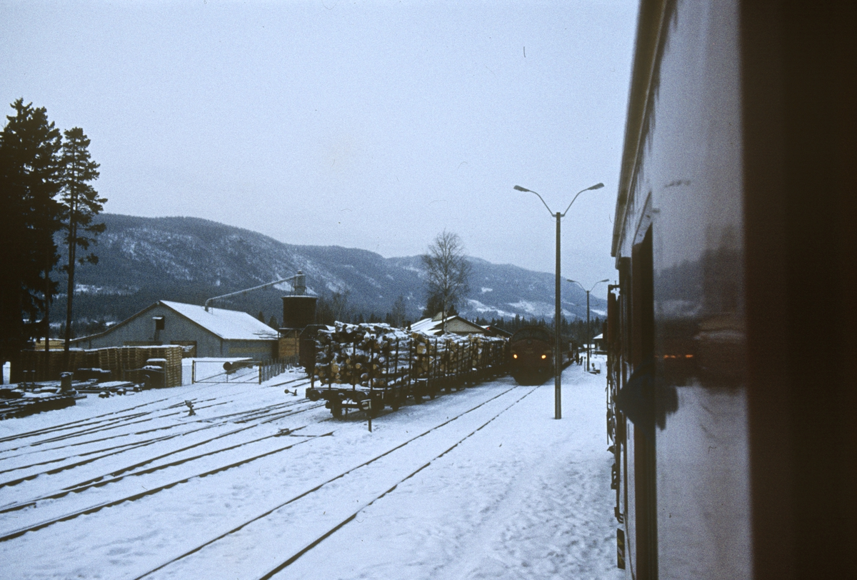 Kryssing på Dokka. Utsikt fra togvinduet på tog 281 til Fagernes på Eina stasjon.