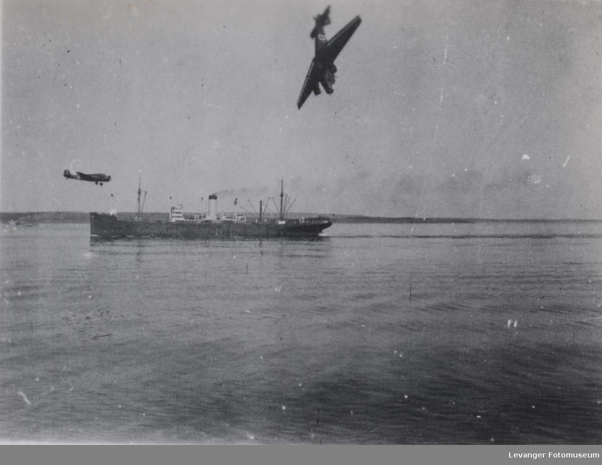 En tysk Junkers 52 styrter i havet.