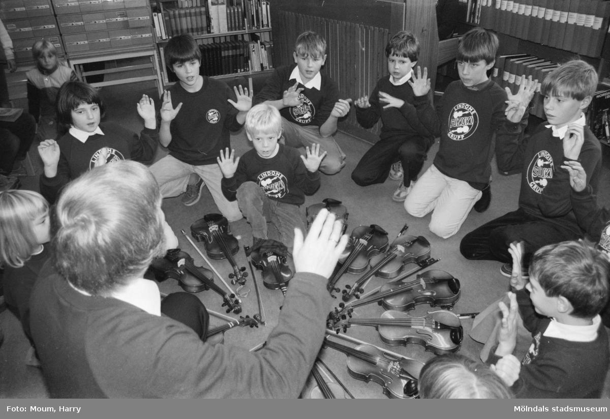 Lindome Suzukigrupp spelar på Lindome bibliotek, år 1984.  För mer information om bilden se under tilläggsinformation.
