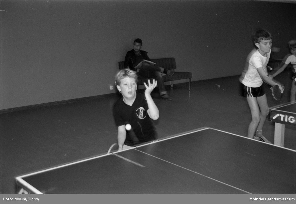 """Bordtennis i Almåsskolans sporthall i Lindome, år 1984. """"Marcus Jareborg är helskärpt på bordtennis.""""  För mer information om bilden se under tilläggsinformation."""