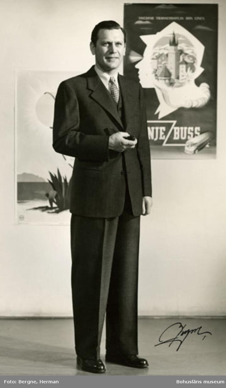Mannekäng i mörk kostym med väst. Kavajen knäpps med tre knappar. Schwartzman & Nordström (Tiger) hade visning i Stockholm för sina kunder år 1968