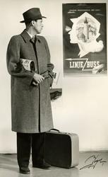 Mannekäng klädd i en smårutig överrock med dold knäppning, s