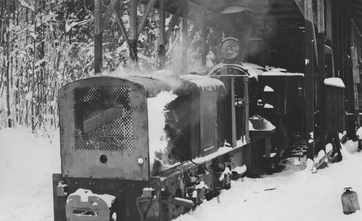 """Kaldstart av diesellokomotivet """"Bæleverket""""."""