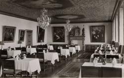 """Tryckt text på bilden: """"Gyllene Uttern. Stora matsalen"""". ::"""