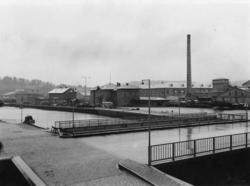 """Enligt tidigare noteringar: """"U.W.H.J:s stationshus i Uddeval"""