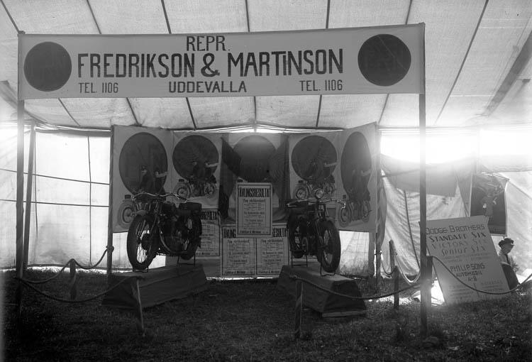 Monter med två motorcyklar visas upp på Uddevallautställningen 1928
