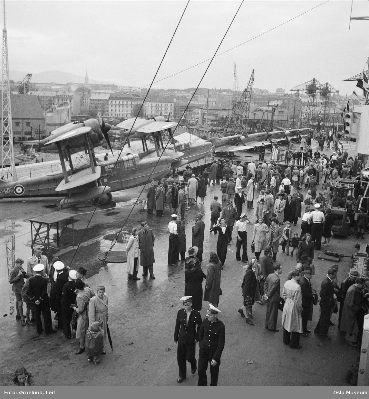 """marinebesøk, britisk hangarskip """"Vengeance"""",  britsik parade """"The beating of retreat"""", dekk, fly, publikum, soldater"""