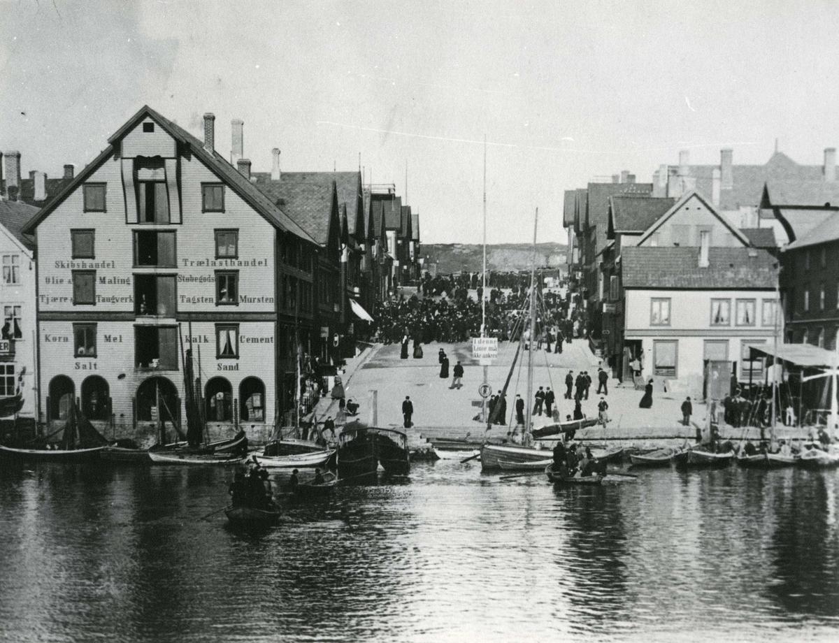 Fra Smedasundet oppover mot Torgbakken. Før Vår Frelsers kirke ble bygget. En god del mennesker samlet i Torgbakken.