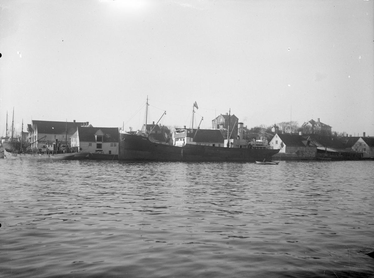 """Damskipet D/S """"Vard"""" ved kai sørøst på Hasseløy, Haugesund."""