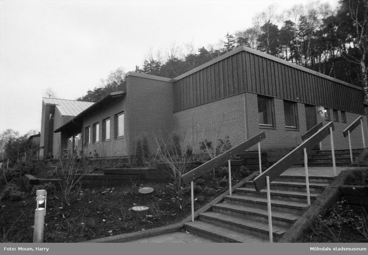 Nybyggda Fågelbergskyrkan i Rävekärr, Mölndal, år 1984.  För mer information om bilden se under tilläggsinformation.