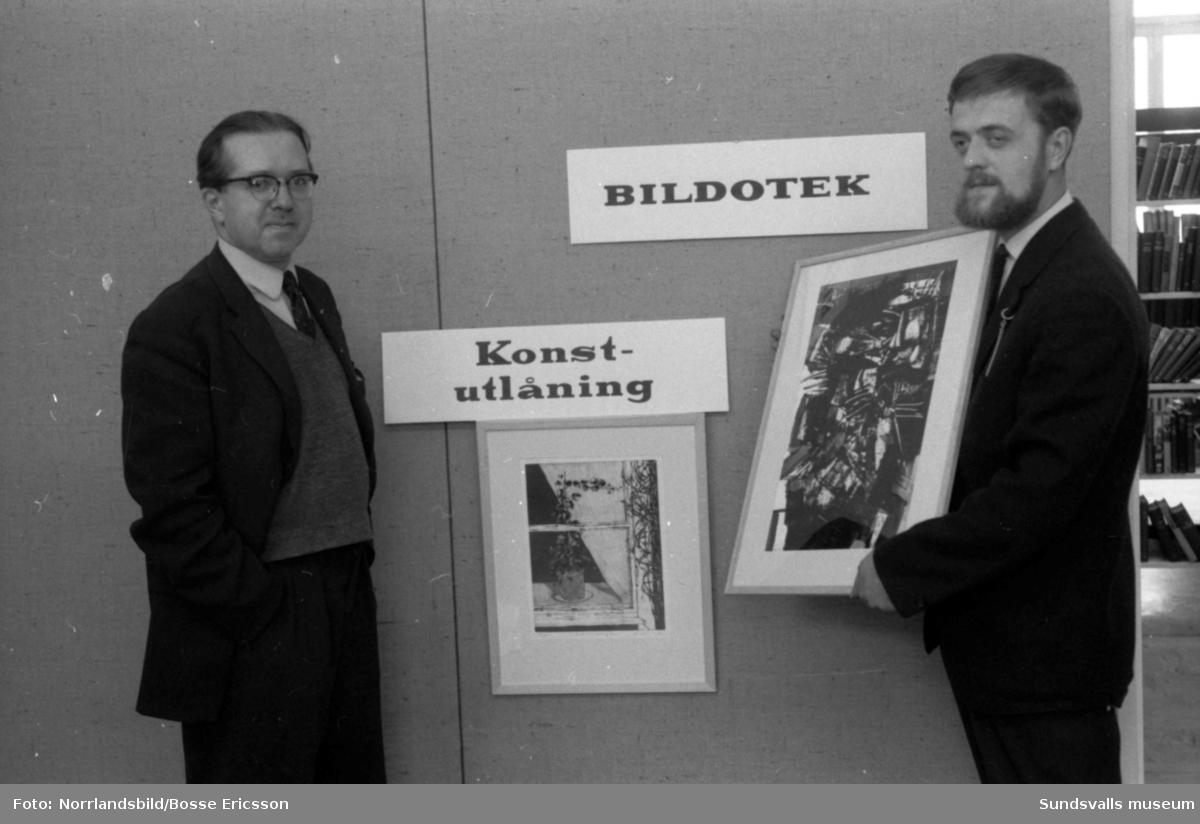 Sven Höglund (till höger) ställer ut på biblioteket. Fotograferat för Dagens Nyheter.