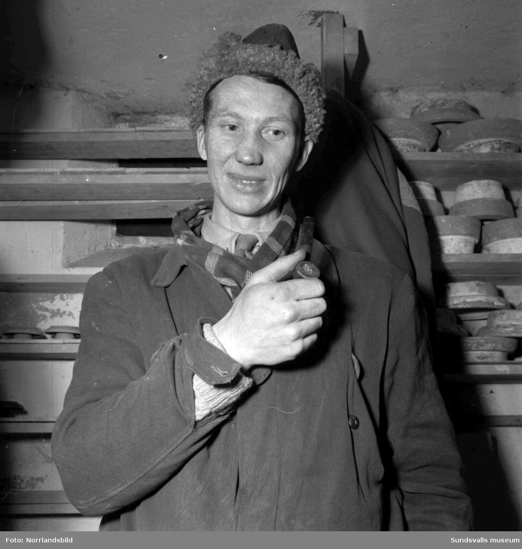 Arne Karlsson i sin keramikverkstad i Klingsta. Klingsta keramik.