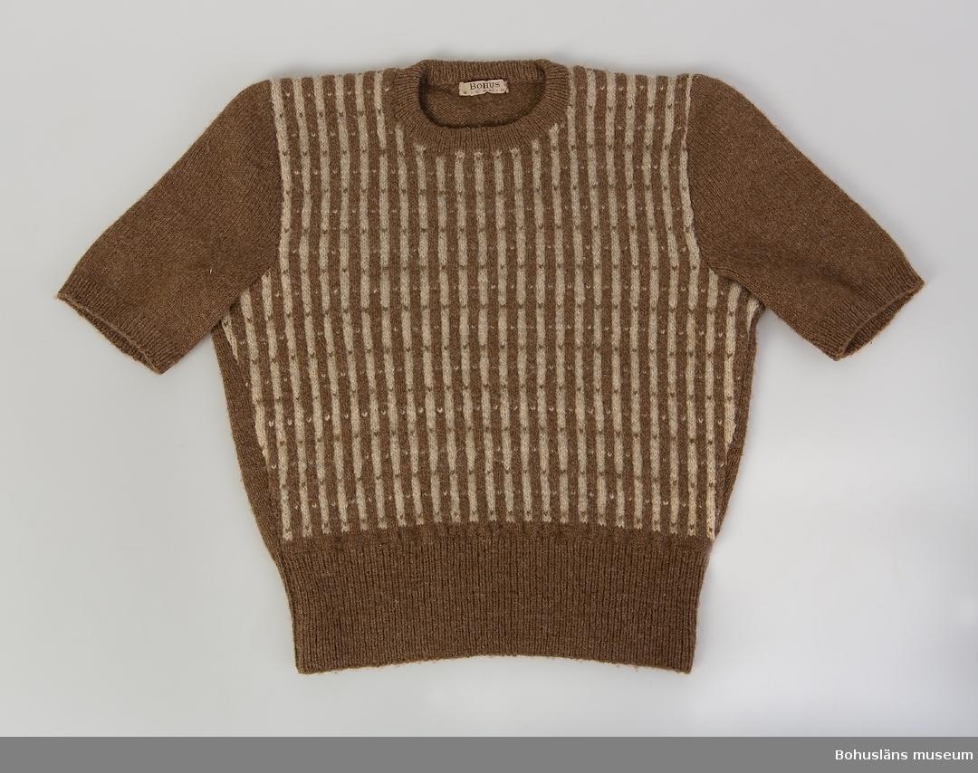 """Ljusbrun, naturvitt, randigt mönster på längden på framstycket. Mönster Emma Jacobsson, """"Randiga loppan""""."""