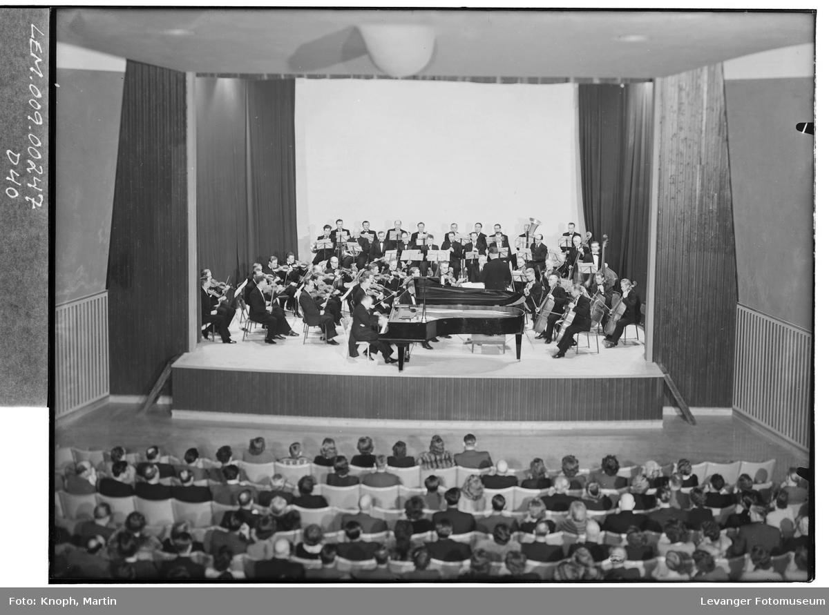 Symfoniorkesteret i Kinosalen på Steinkjer, 1952.  II
