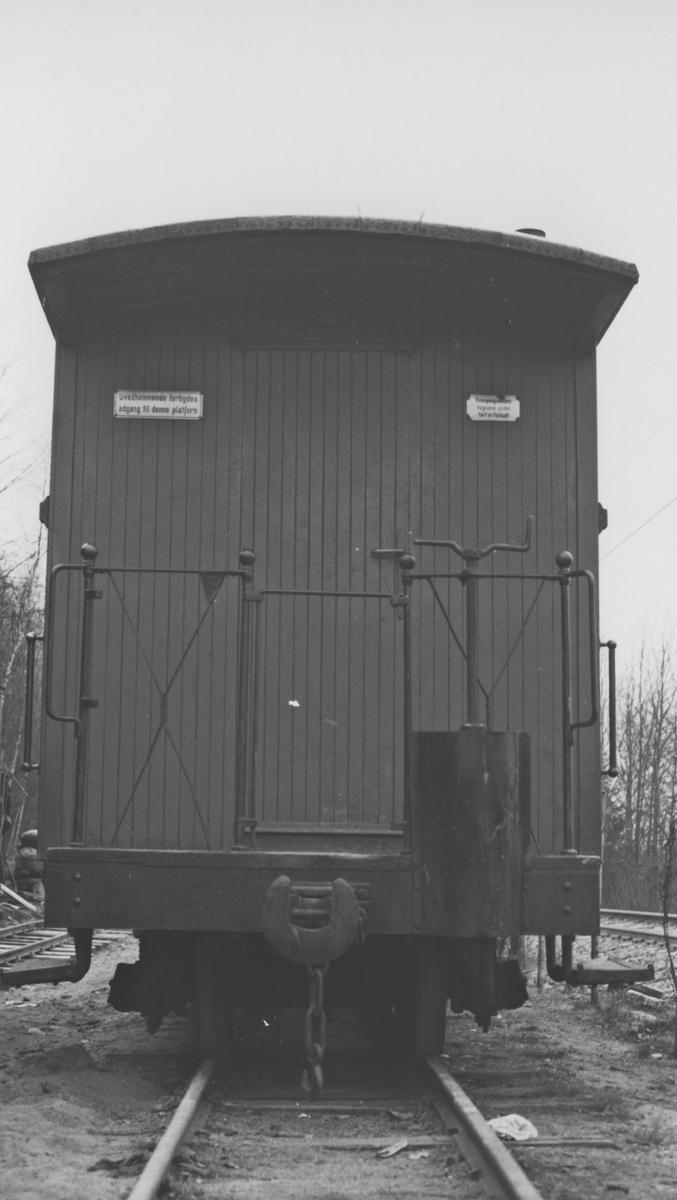 Personvogn CFo 5 på Bingsfoss stasjon. Endeparti ved konduktøravdelingen.