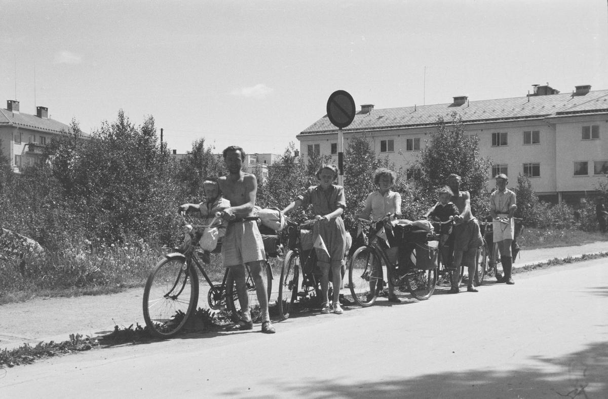 Gruppe på sykkeltur. Storgata, Leiret. Elverum.