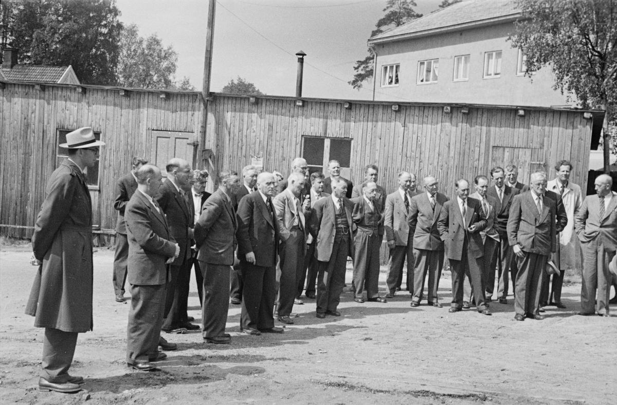 Politikere på befaring i Elverum folkebibliotek, 1956.