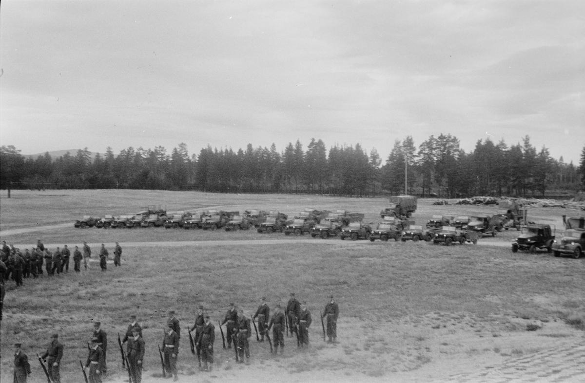 Soldater og militære kjøretøy på Terningmoen. Elverum.