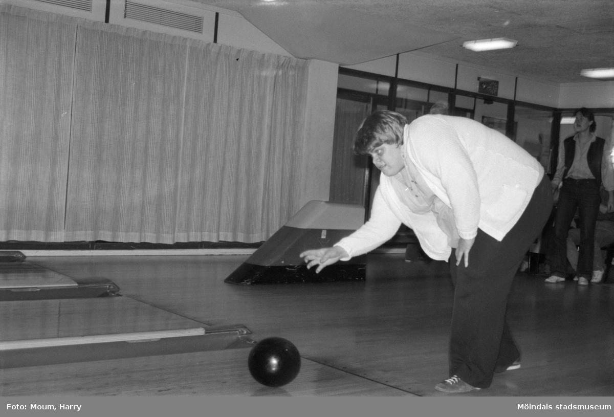"""Tävling i bowling för handikappade på Kållereds bowlinghall, år 1984. """"Maj Lis Fritzhagen släpper koncentrerat """"ut"""" klotet.""""  För mer information om bilden se under tilläggsinformation."""